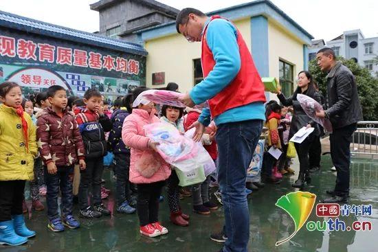 """酉阳县龙潭希望小学_""""志""""在心中 """"愿""""在行动,为这群可爱的志愿者点赞-中国青年 ..."""