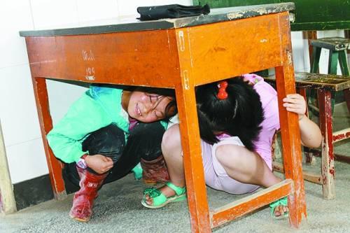 """安全 快乐/孩子们在""""帐篷学校""""里认真上课"""