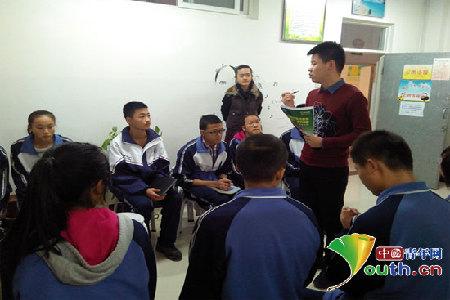 1月9日,吉林大学支教团市在三中七彩小屋召开关爱农民工子女专题培训。