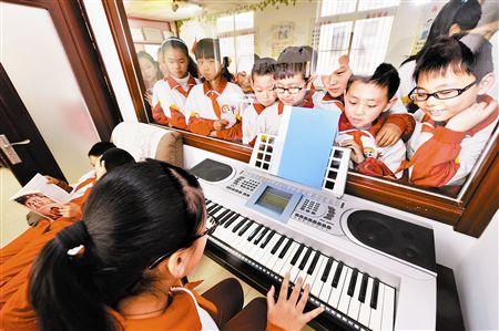 """今年滨海新区共青团联合爱心企业,在新区外来务工人员子女集中的社区陆续增建""""七彩小屋"""",内设平板电脑、健身器材、各类课外读物和乐器,让外来务工人员子女及周边社区的孩子们尽情享受书籍、音乐带来的快乐。图为孩子们在滨海大沽街远景社区的""""七彩小屋""""里参加课外活动。本报记者"""