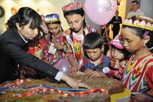 """去年的""""玩具总动员""""活动中,被邀请至乌鲁木齐过儿童节的10名孩子在新疆科技馆内参观。"""
