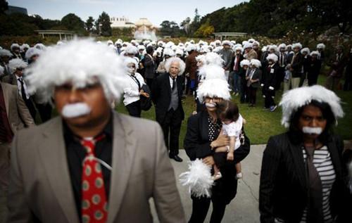 300余名著名科学家爱因斯坦的爱好者们,打扮成偶像的样子齐聚一堂
