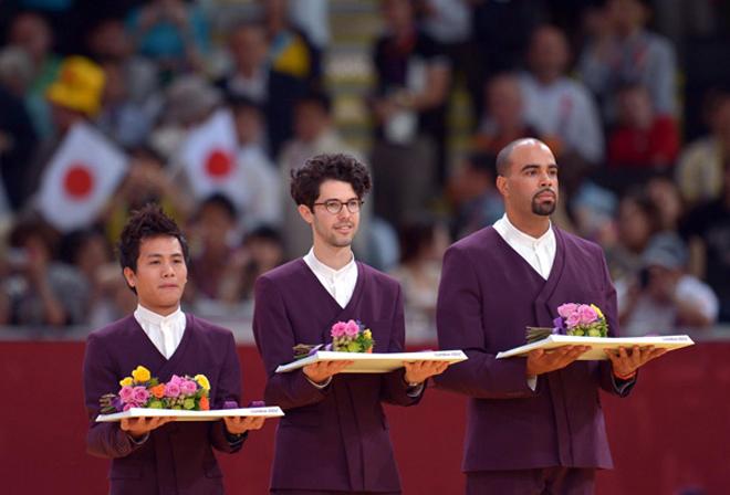 伦敦奥运会有个开创,所有负责托花和奖牌的礼仪引导员由男性来担任