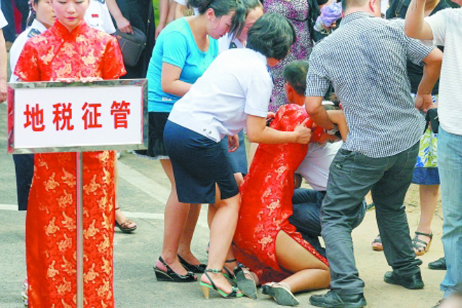 5年前,郑州职工技术运动会开幕式上礼仪小姐晕倒的场面