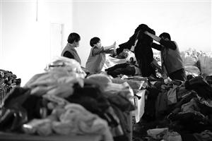 衣再生公益服务中心,工作人员正在整理捐赠衣服