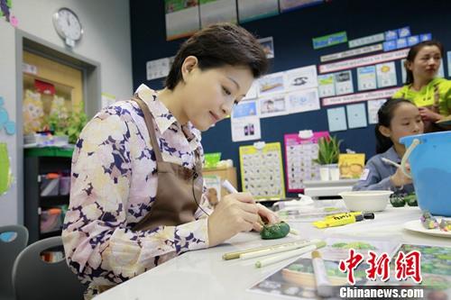"""杨澜入选""""2016中国慈善名人榜"""" 用艺术践行千赢"""