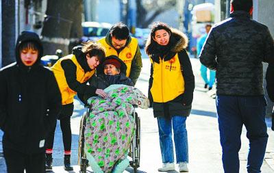 几个年轻社工和社区86岁高龄的高奶奶是老朋友。周末北京放晴,大家陪着刚做完结石手术的老人在家门口的胡同儿散心、晒太阳。