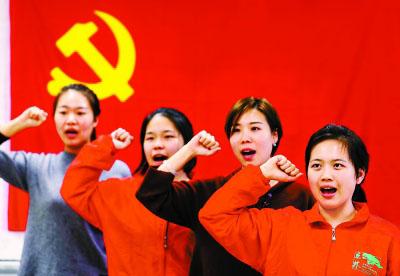 """在年轻党员宋红妮带领下,九道湾社区""""板桥卫士""""志愿服务队成员开展党日活动。"""