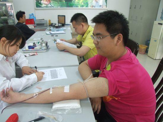 王冠雄正在进行无偿献血